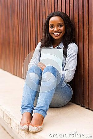 非洲肌肉女_库存照片: 非洲女大学生校园