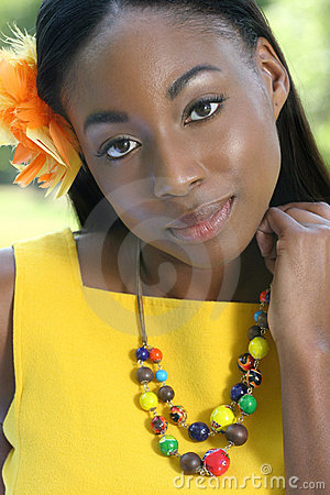 非洲愉快的微笑的妇女黄色