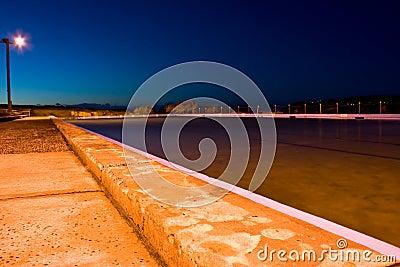 靠海滨的黎明池游泳