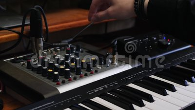 音乐生产商工程师转动在混合的委员会的瘤与调平器 混合和掌握过程的家庭演播室录音 ?? 股票视频