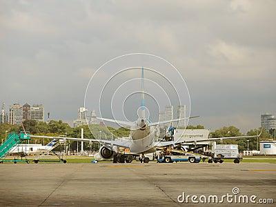 飞机后面视图在机场 编辑类库存图片