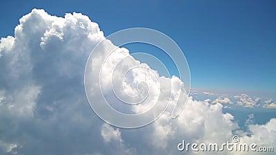 飞行与云彩,观看从飞机窗口覆盖 股票录像