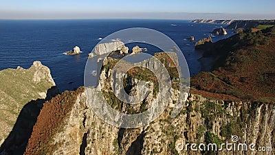 飞行与大岩石柱子的海岸-空中录影- Playa del Silencio,阿斯图里亚斯,西班牙 股票视频