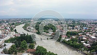 飞越格鲁吉亚库塔伊西市的航班 巴格拉蒂大教堂和里奥尼河以及红色屋顶的老房子 山脉 股票视频