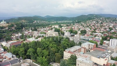 飞越格鲁吉亚库塔伊西市的航班 巴格拉蒂大教堂和里奥尼河以及红色屋顶的老房子 山脉 股票录像