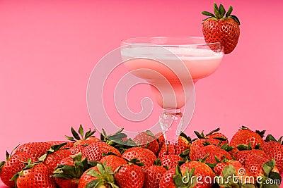 饮料混杂的桃红色草莓