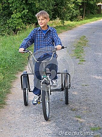 首先骑自行车