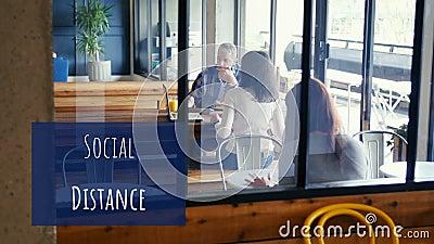 高加索人在咖啡馆工作的社交距离的动画 影视素材
