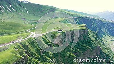高加索山脉 格鲁吉亚军事路 Kelsk火山上的Kudskoe或Gudskoe峡谷和已灭绝的Sherkhot火山 股票视频