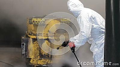 高压洗涤物在工厂 工作者清洗卡车引擎 高压洗涤物 白色防护制服的工作者 股票录像