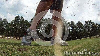 高尔夫球特写镜头广角视图被击中的 股票录像