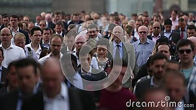 高峰时间通勤者巨大的人群充斥在慢动作的一条繁忙的城市街道下