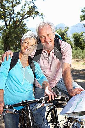 高级夫妇骑马自行车