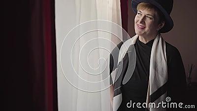 高雅服饰的白人女性高雅肖像,站在大窗前微笑 Portrait of confident 影视素材