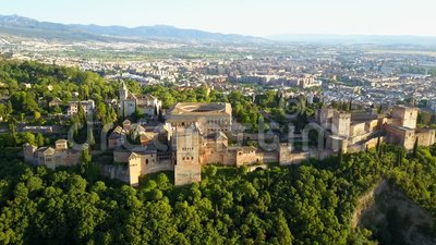 鸟瞰图 阿尔罕布拉宫宫殿在一个美好的晴朗的晚上 格拉纳达西班牙