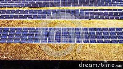 鸟瞰图 飞行在有太阳的太阳能发电厂 太阳电池板和太阳 影视素材