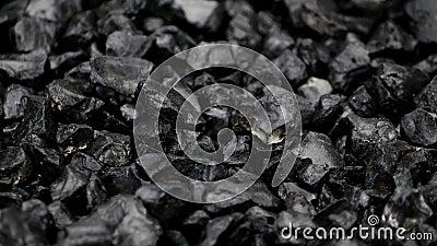 黑色分裂石头在转盘转动 股票录像
