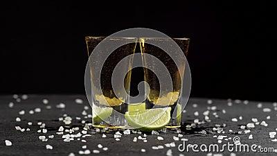黑色背景中,龙舌兰酒倒进两杯杯子 股票视频