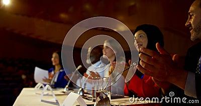 鼓掌在企业研讨会的愉快的不同种族的商人在观众席4k 影视素材