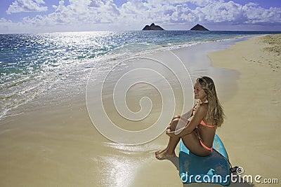 девушка буг доски пляжа