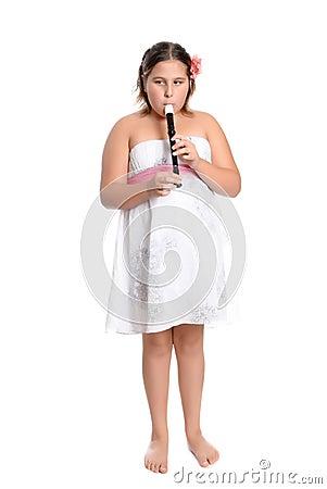 девушка играя рекордера