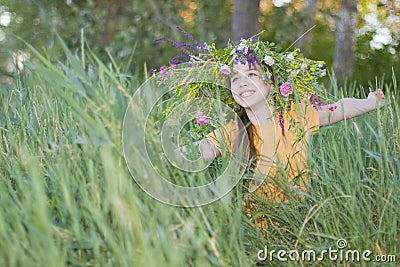 Девушк-подросток в венке от цветов