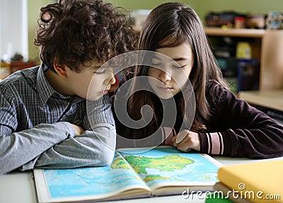 дети делая домашнюю работу
