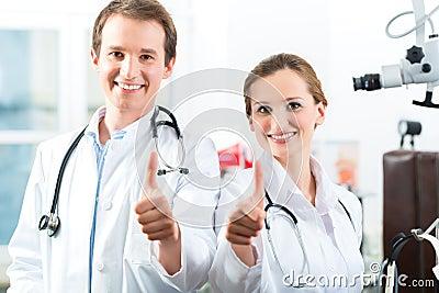 Доктора - мужчина и женщина