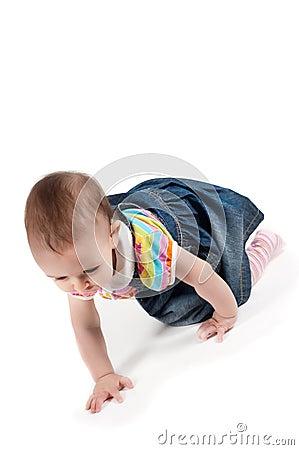 婴孩爬行的女孩
