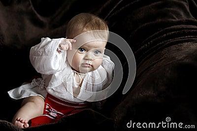 婴孩给罗马尼亚人穿衣