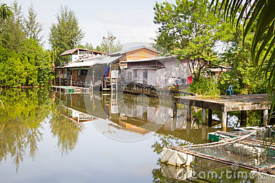 水的小的村庄房子