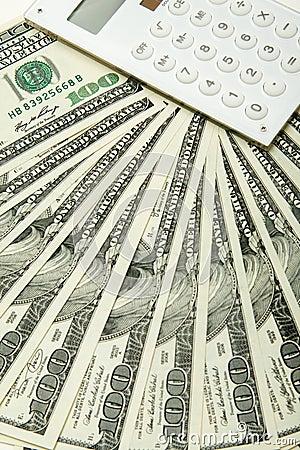 $100 billetes de banco y calculadora