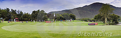 17mo verde - campo de golf del jugador de Gary - Pano Imagen de archivo editorial