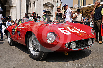 1955 construíram Ferrari vermelho Mondial em Miglia 1000 Foto de Stock Editorial