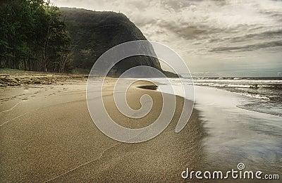 2个海滩黑色日沙子