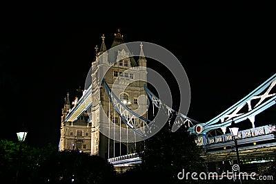 2座桥梁英国伦敦晚上塔