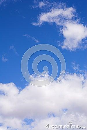 2朵蓝色云彩天空