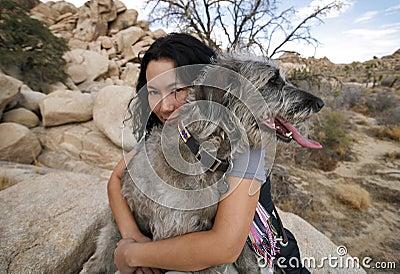 2条狗拥抱的女孩她