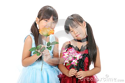 2 маленьких азиатских девушки