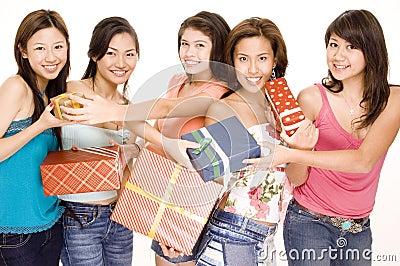 2 девушки подарков