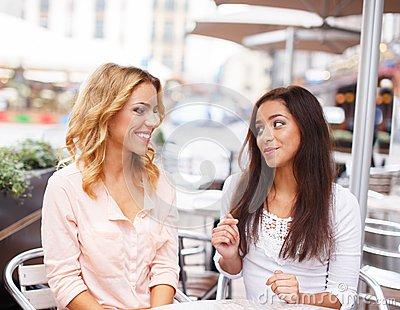 2 красивых девушки в кафе