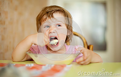 2 years child eats with spoon