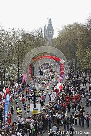 2010年伦敦马拉松赞助了贞女 编辑类库存图片