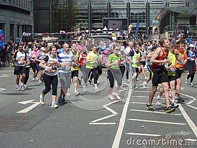 在伦敦马拉松2012年4月22th日的赛跑者 编辑类库存照片
