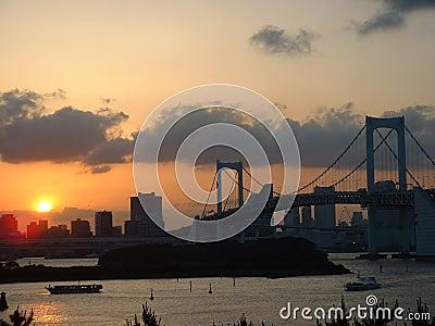 在彩虹日落的桥梁