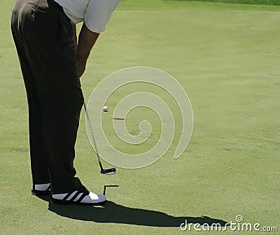 打高尔夫球轻轻一击