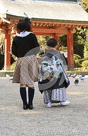 3 5 7 подавая идут shichi san Редакционное Фото