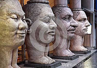 4 twarzy scupture