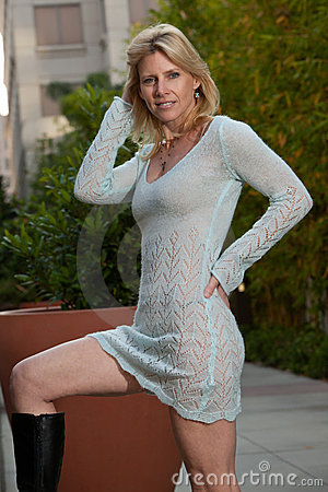 Ελκυστική καυκάσια ξανθή γυναίκα δεκαετιών του  40
