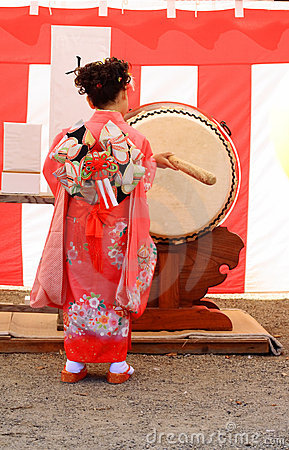 7.5.3 (Shichi-gehen-San) - Trommelsünde Redaktionelles Stockbild